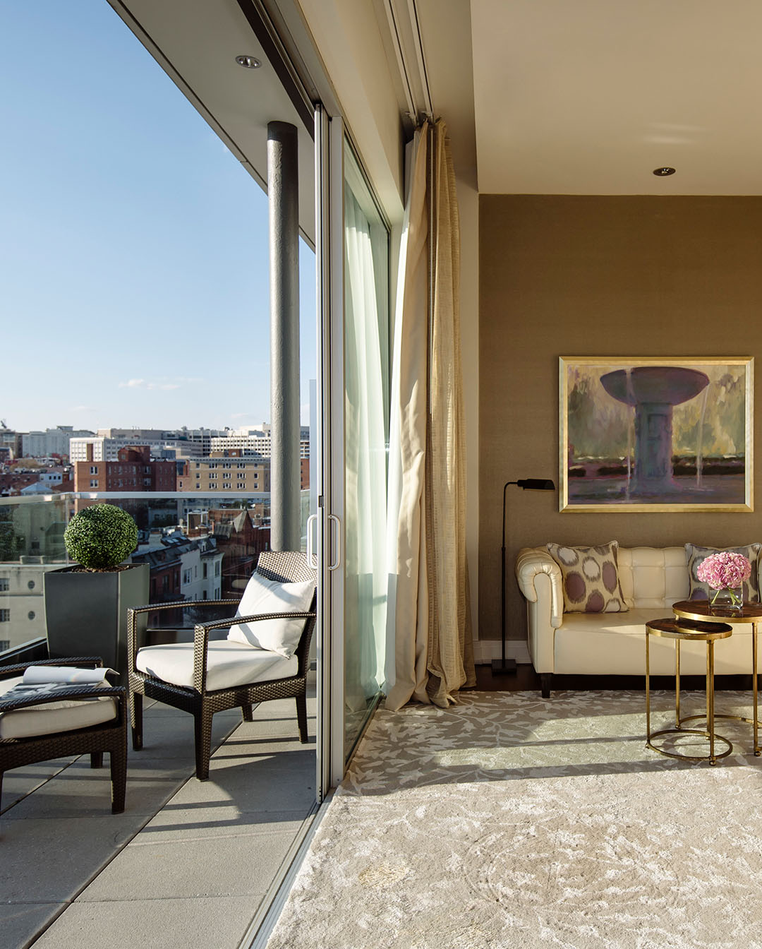 Luxury balcony suite in washington dc the dupont circle for Hotel the balcony