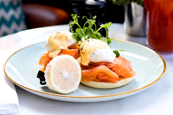Poached eggs and smoke salmon on a muffin