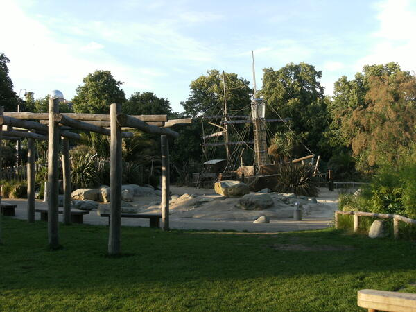 Pirate_ship,_Diana,_Princess_of_Wales_Memorial_Playground,_Kensington_Gardens_7_June_2011